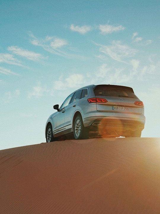 Vista posterior de un Volkswagen Touareg en una duna