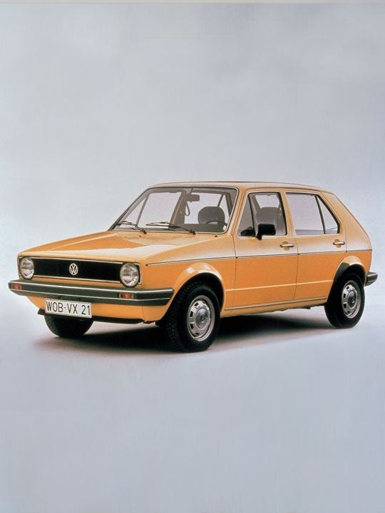 Volkswagen Golf clásico naranja sobre un fondo gris