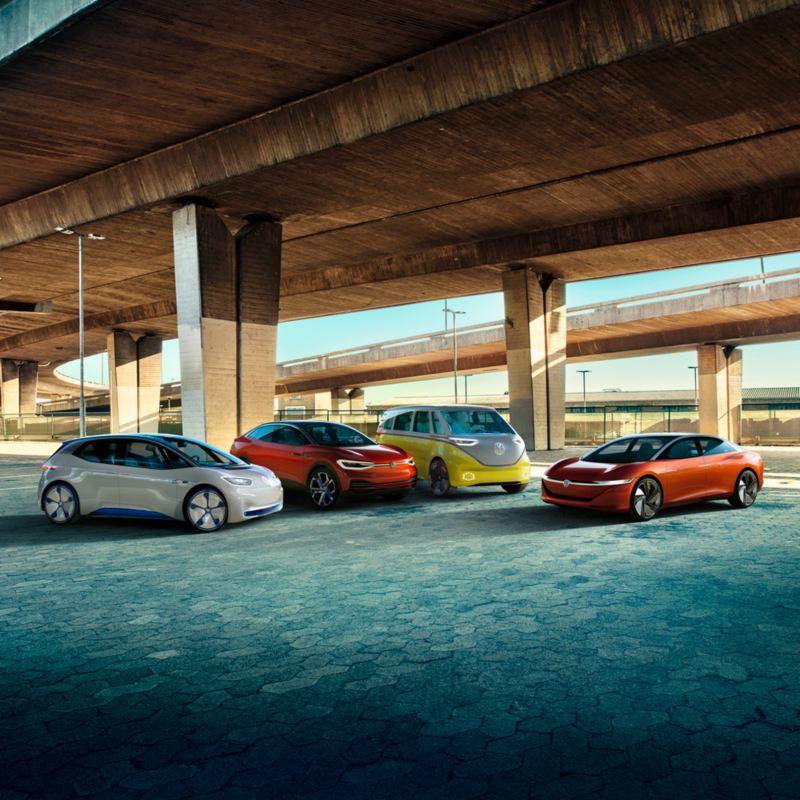 Familia ID. de Volkswagen aparcados en círculo bajo una autopista