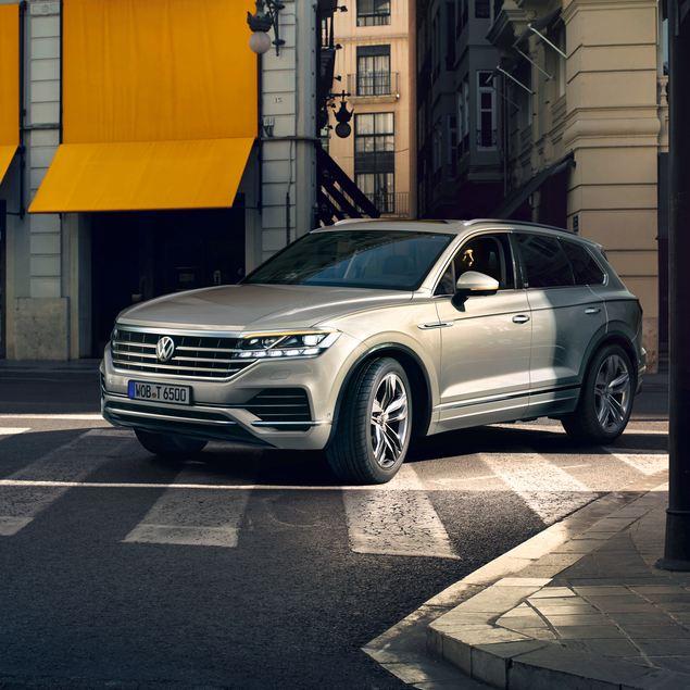 Volkswagen Touareg visto de frente circulando por la ciudad