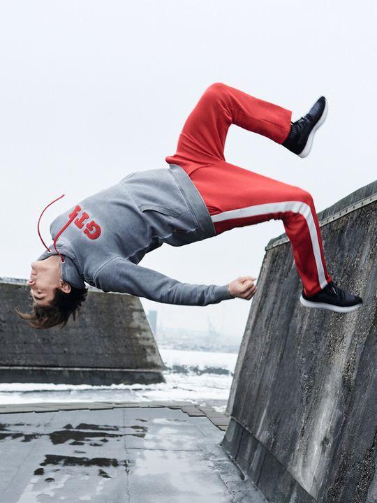 Hombre joven saltando vestido con ropa de Volkswagen Store