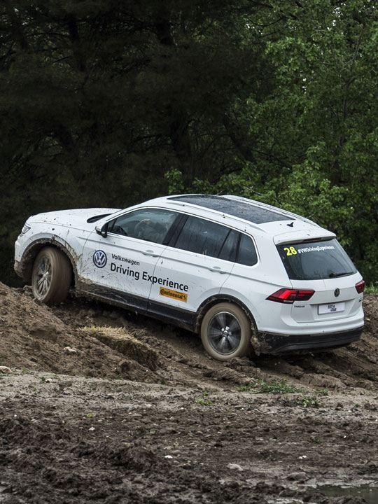 Volkswagen Tiguan circulando en una pista de barro en la Driving Experience