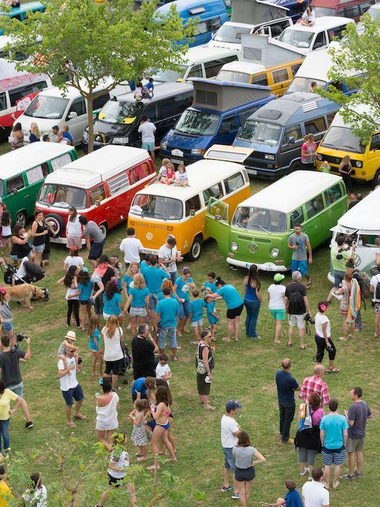 furgo volkswagen evento gente de fiesta