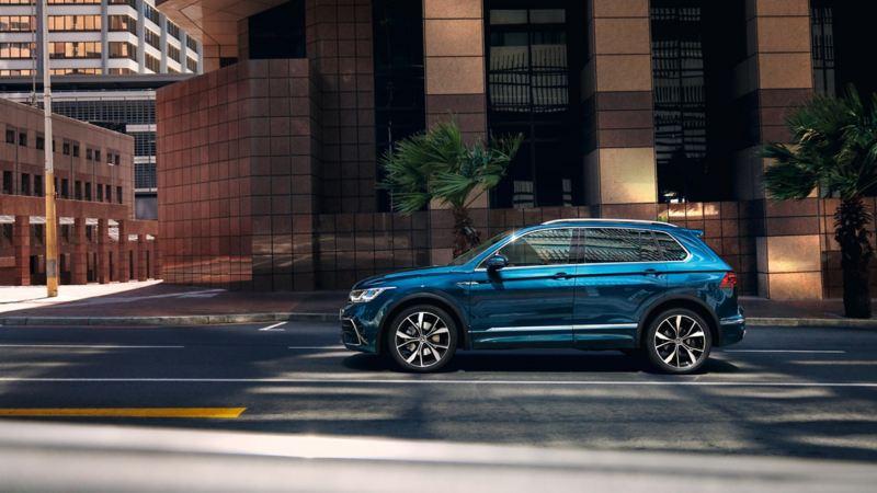 Volkswagen Tiguan azul visto de costado aparcado en la calle