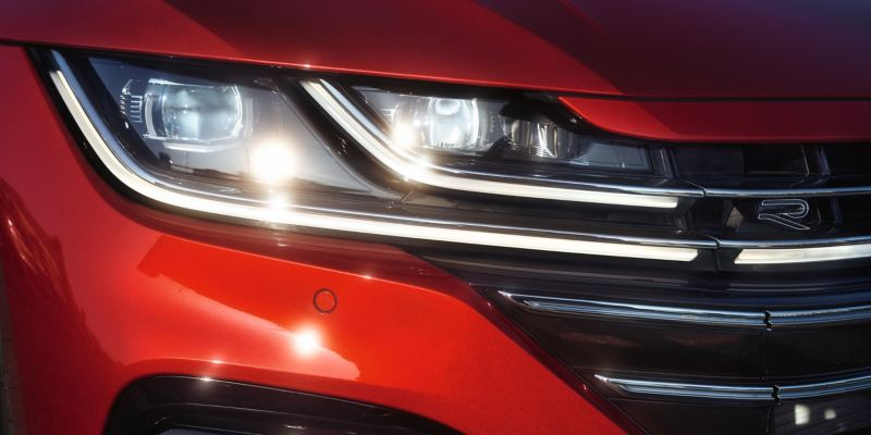 Detalle de un faro LED encendido de un Nuevo Arteon Shooting Brake rojo