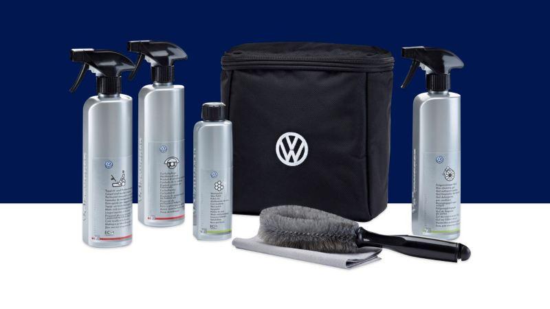 Kit de limpieza de Volkswagen sobre un fondo azul