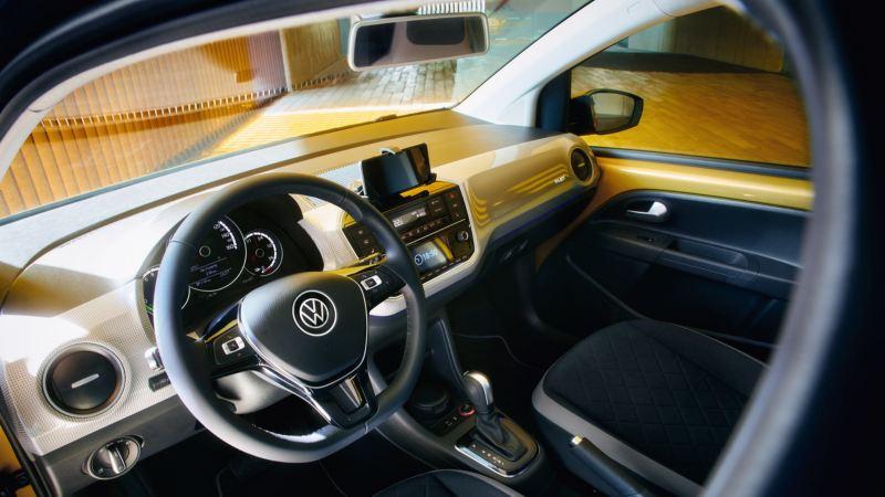 Vista del puesto de conducción y salpicadero de un Volkswagen