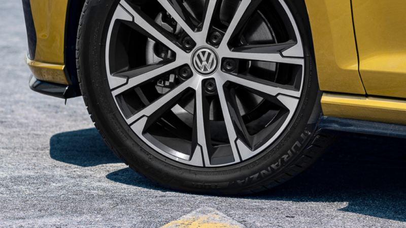 Detalle de la llanta de un Volkswagen amarillo