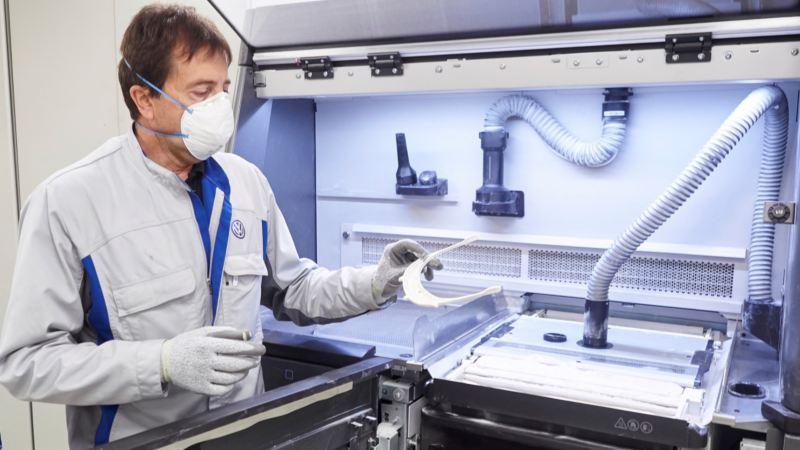 Operario de Volkswagen elaborando pantallas de protección sanitaria