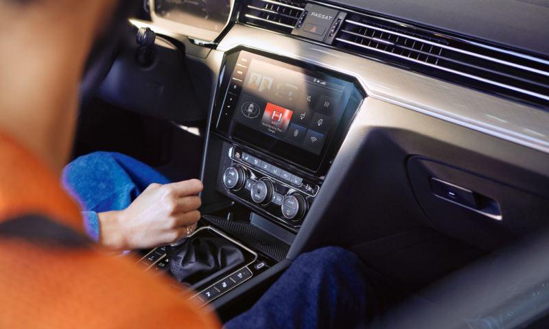 Detalle de la palanca de cambios y el salpicadero de un Volkswagen Passat GTE