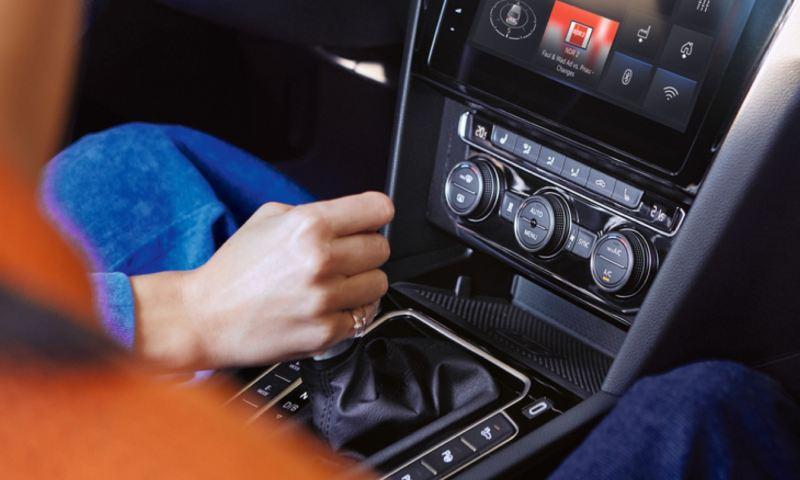 Detalle de una mano en la palanca de cambios de un Volkswagen Passat Variant GTE