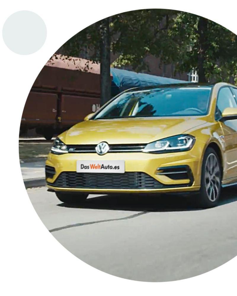 Composición gráfica de un Volkswagen Golf 8 amarillo circulando por la calle