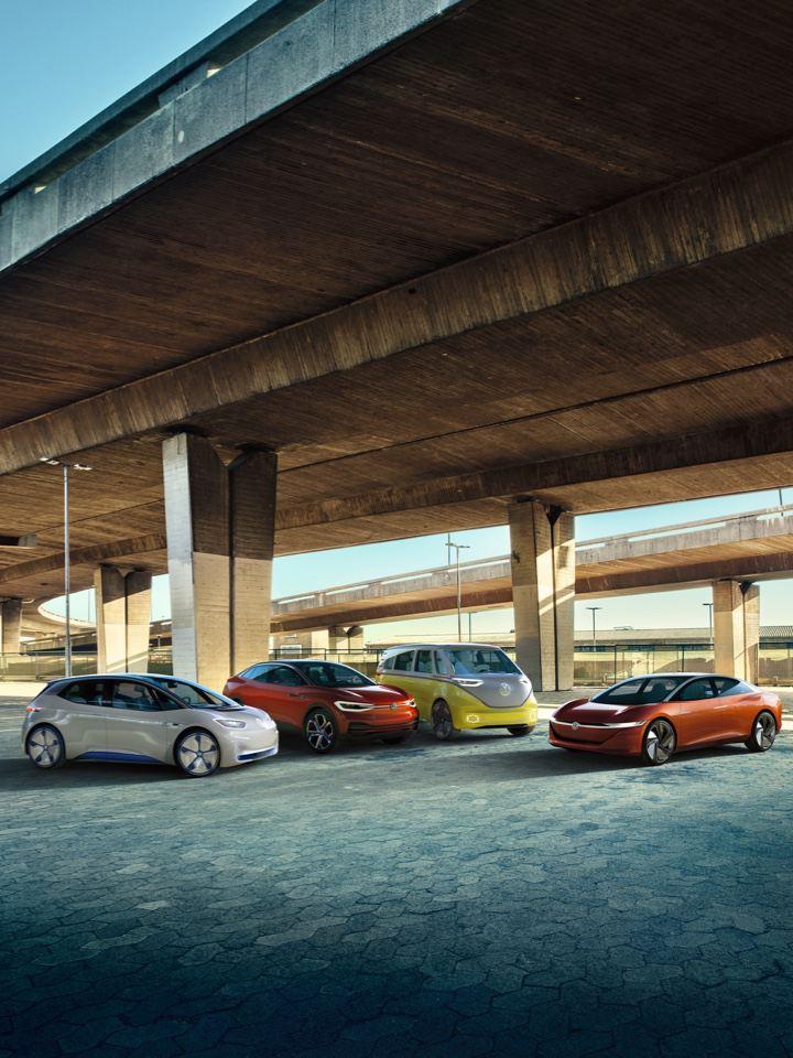 Gama de vehículos eléctricos de Volkswagen aparcados debajo de una autovía elevada