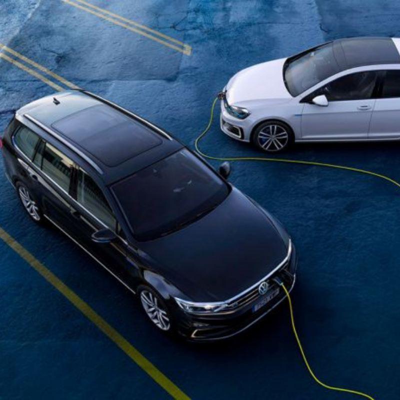 Vista superior de modelos GTE de Volkswagen conectados al cargador eléctrico
