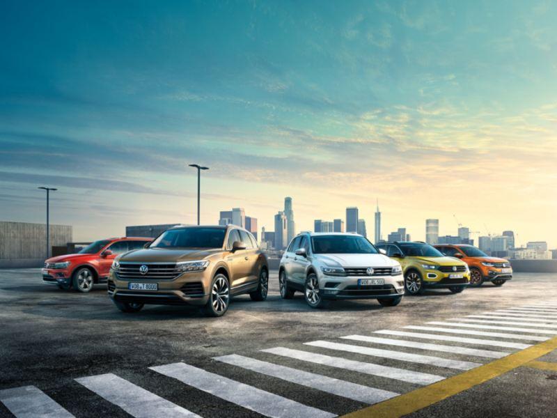 Gama  SUV de Volkswagen aparcados vistos de frente con edificios en el fondo