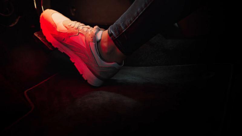 Pie con una zapatilla presionando el pedal de un Nuevo Volkswagen ID.3