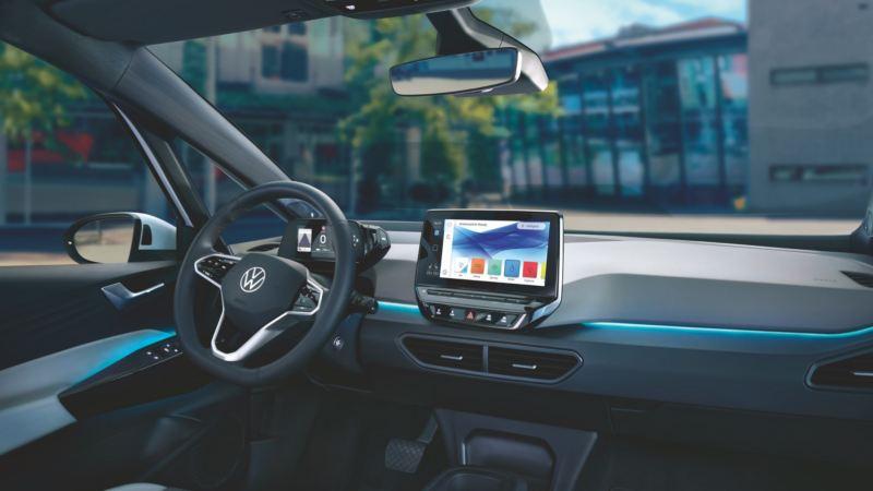 Salpicadero de un Nuevo Volkswagen ID.3 con la iluminación ambiental en color azul