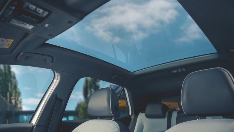 Techo solar panorámico de un Nuevo Volkswagen ID.3 visto desde el asiento del conductor