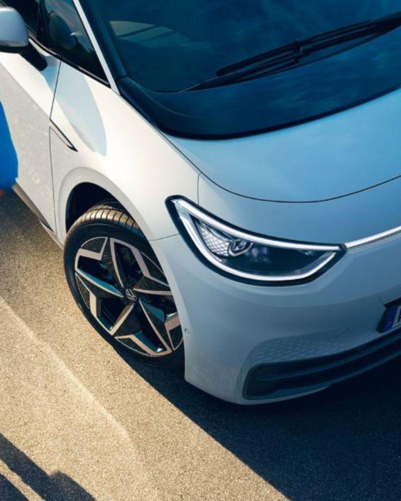 Llanta y faro LED encendido de un Nuevo Volkswagen ID.3 vistos desde arriba