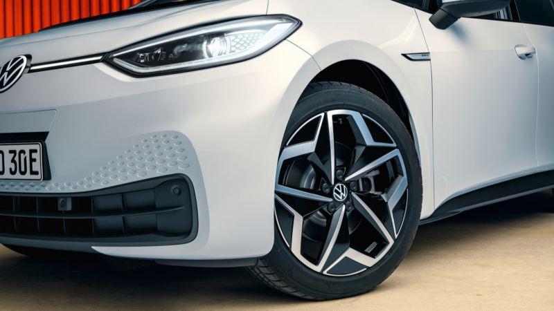 Detalle de la llanta de un Nuevo Volkswagen ID.3 blanco con los faros encendidos
