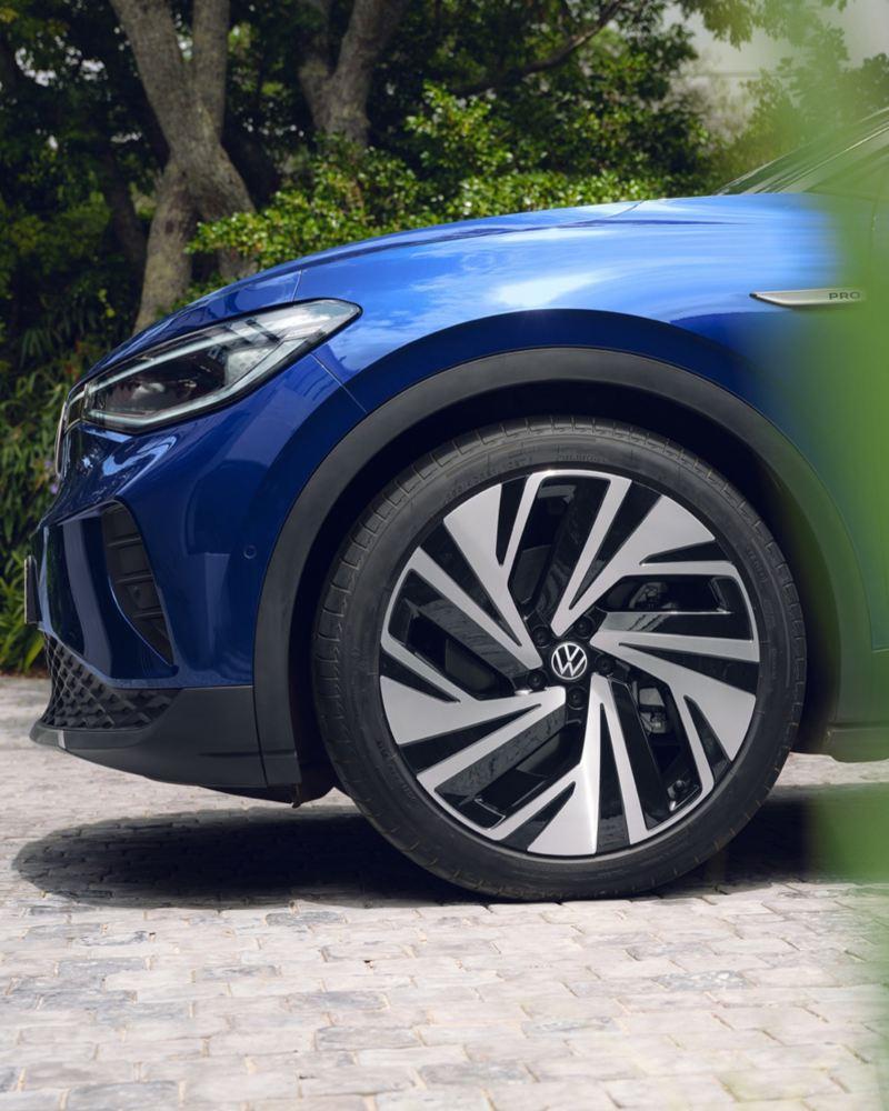 Detalle de una llanta de un Volkswagen ID.4 azul