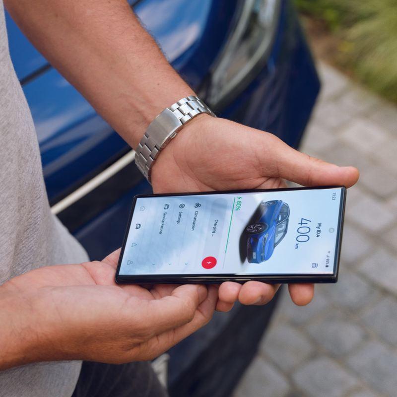 Hombre con un móvil en las manos usando We Connect