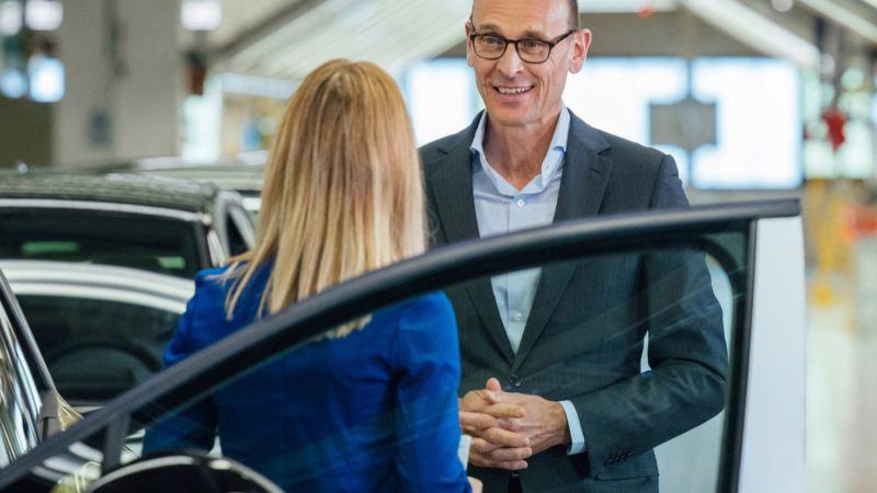 Ralf Brandstätter manteniendo una conversación junto a un VW ID.4