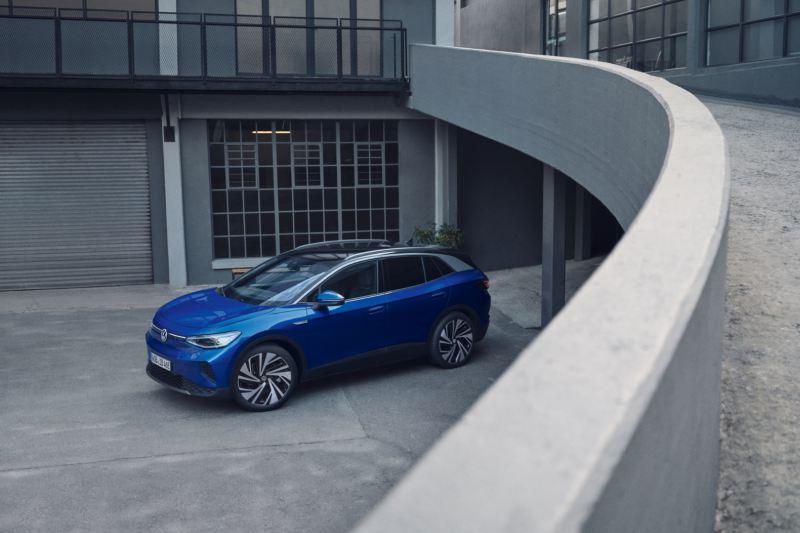 Volkswagen ID.4 azul visto desde arriba y de costado aparcado en una casa