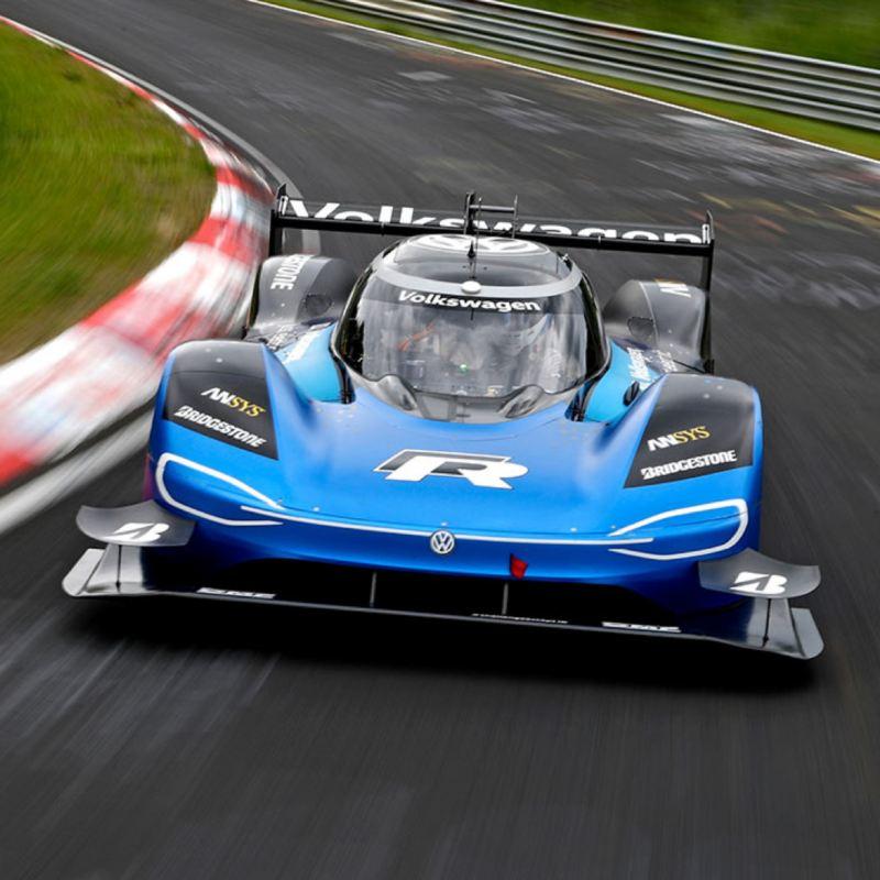 Volkswagen ID. R azul visto de frente tomando una curva en un circuito