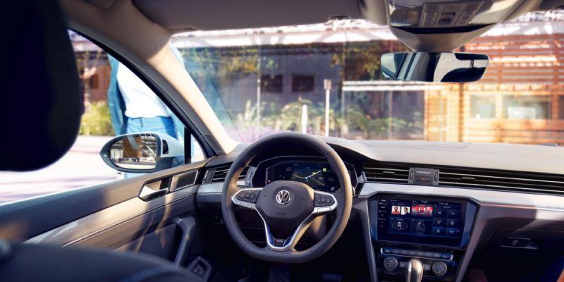 Vista del volante y salpicadero de un Volkswagen Passat GTE