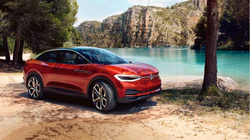 Volkswagen ID. Crozz rojo aparcado frente a un pantano