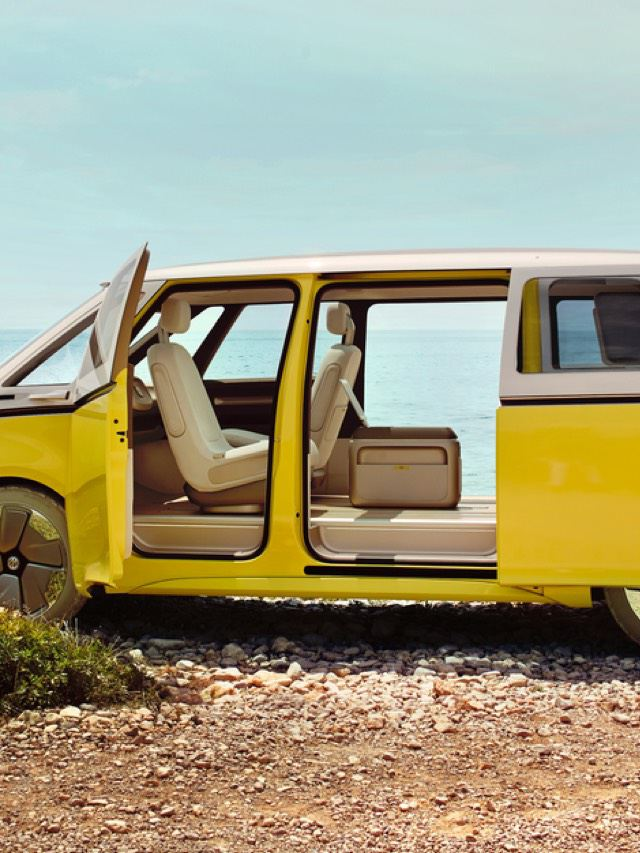 Volkswagen ID. Buzz amarilla con las puertas abiertas aparcada junto al mar