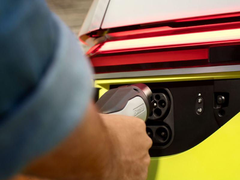 Detalle del conector de carga de un Volkswagen ID. Buzz