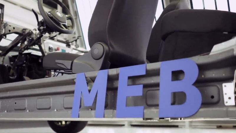 Rotulo MEB azul en el costado de la plataforma de un Volkswagen