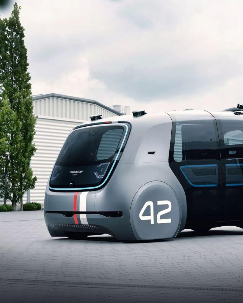 Prototipo de vehículo autónomo de Volkswagen en el porche de una casa