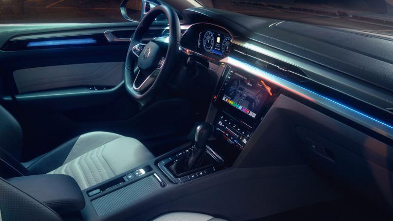 Vista interior del salpicadero de un Nuevo Volkswagen Arteon desde el asiento del acompañante