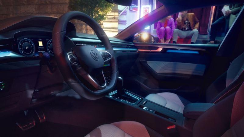 Vista interior del salpicadero de un Nuevo Volkswagen Arteon por la noche