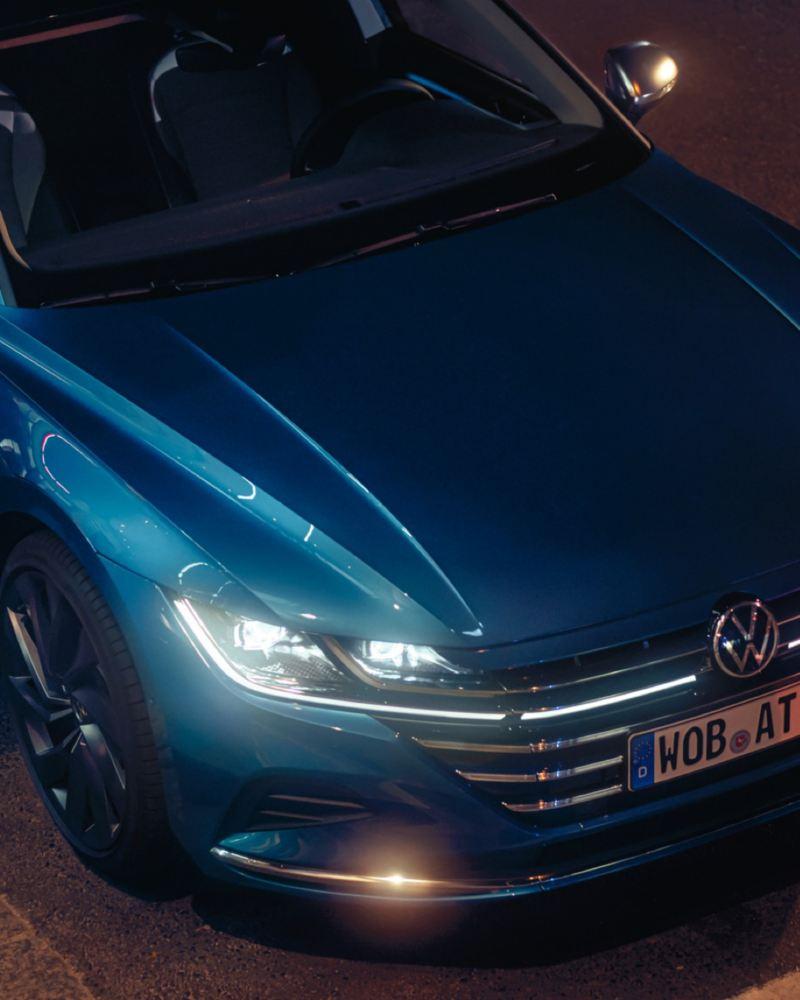 Vista superior del detalle de los faros LED de un Nuevo Volkswagen Arteon azul