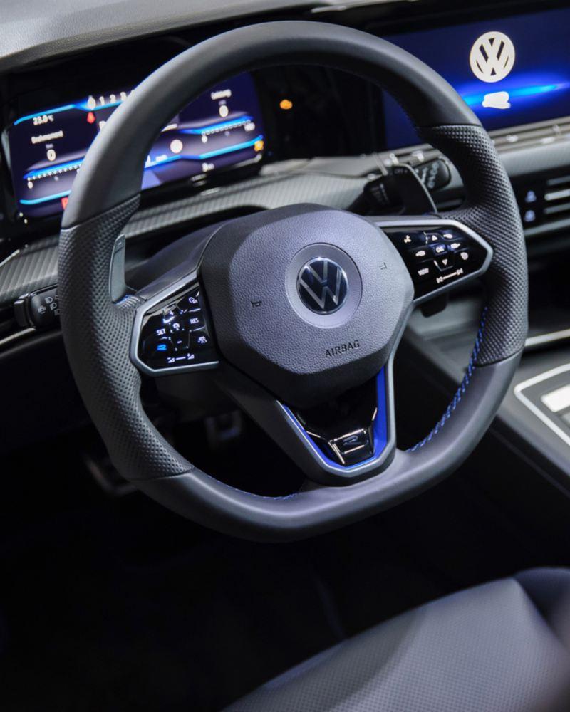 Detalle del volante multifunción y el Digital Cockpit del Volkswagen Golf 8 R