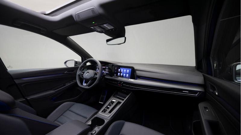 Vista del puesto de conducción y el salpicadero del Volkswagen Golf 8 R