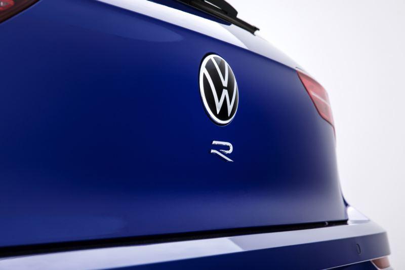 Detalle del logotipo del Volkswagen Golf 8 R en el portón trasero