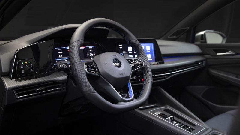 Detalle del volante y el salpicadero de un Volkswagen Golf 8 R