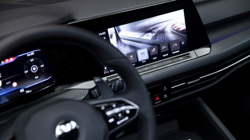 Detalle de la pantalla del sistema de navegación del Volkswagen Golf 8 R