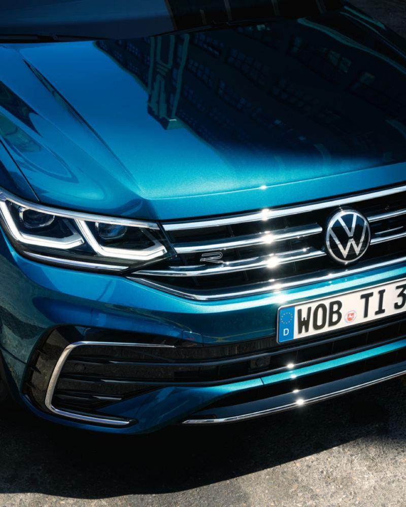 Detalle de los faros de un Volkswagen Tiguan azul