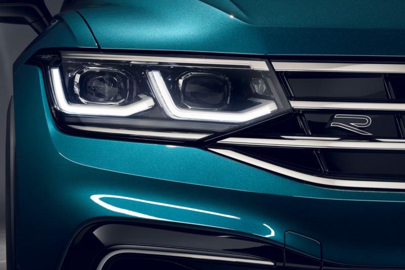 Detalle de los faros de un Volkswagen Tiguan azul metalizado