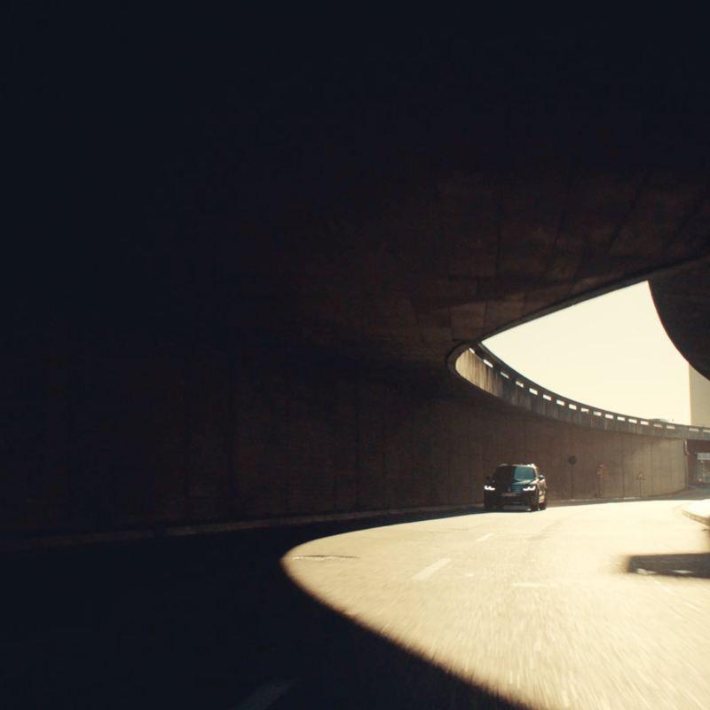 Volkswagen Nuevo Tiguan visto de frente entrando a un tunel