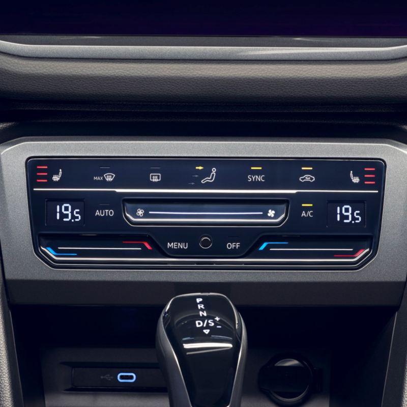 Detalle del panel de control del aire acondicionado de un Volkswagen Tiguan