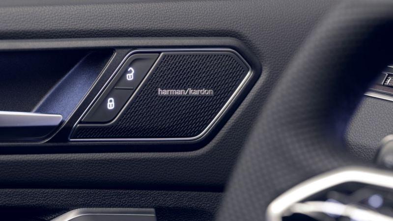 Detalle de un altavoz en la puerta de un Volkswagen Tiguan del sistema de sonido Harman Kardon