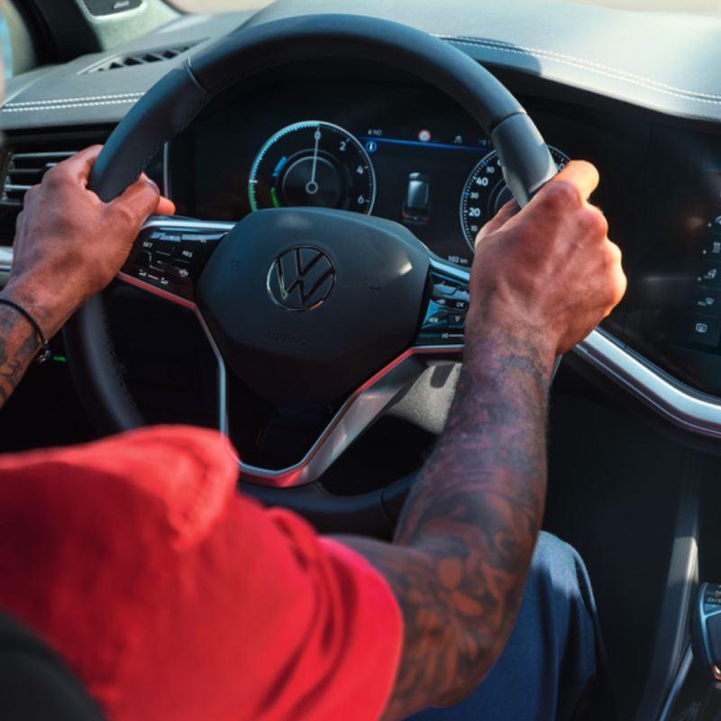 Detalle del volante del Volkswagen Touareg eHybrid