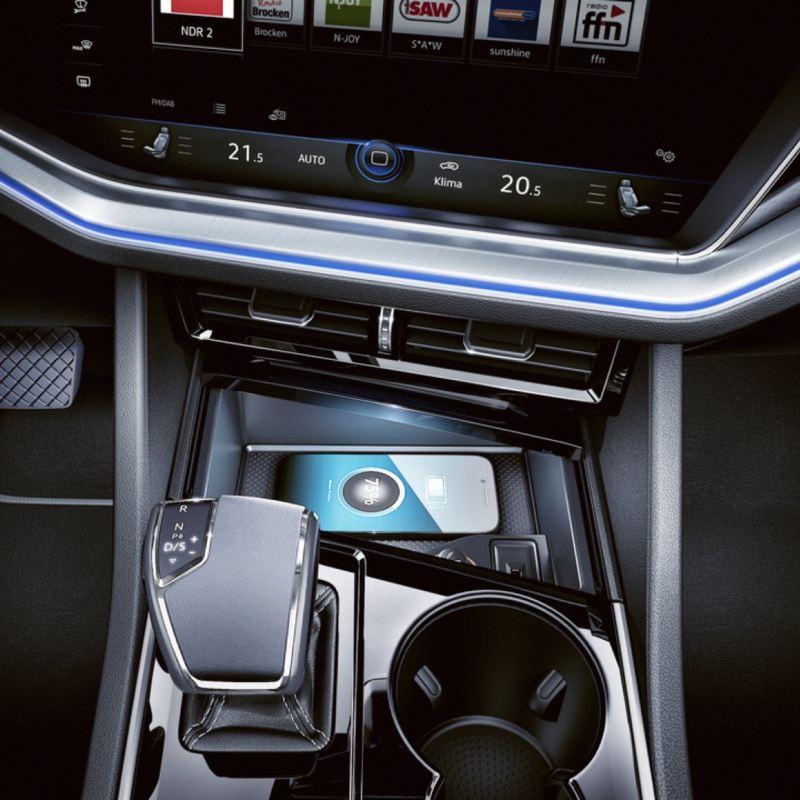 Vista parcial del salpicadero y un móvil en un Volkswagen Touareg eHybrid